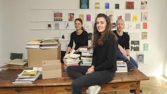 Franca Schaad, Anna Weber und Simon Krebs wollen mit ihrem Buchladen «Kosmos» (hier noch vor der Eröffnung) Bücher kleiner Verlage ins Zentrum der Aufmerksamkeit rücken.