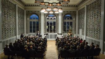 Rektor Erich Leutenegger begrüsst die Gäste in der Aula, im Prunkstück des renovierten Pestalozzischulhauses.