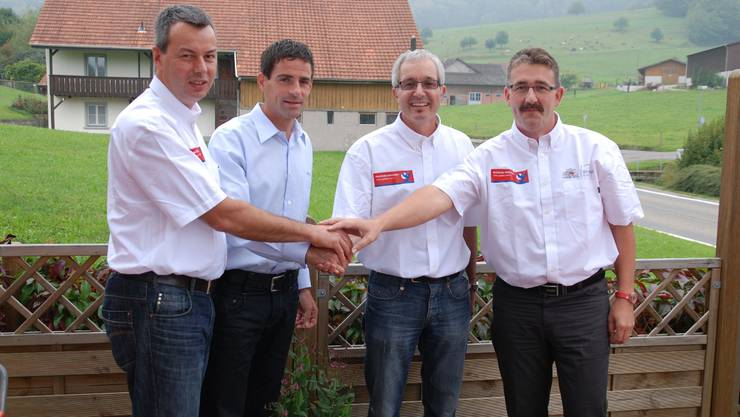 Rolf Huser von Tour de Suisse (2. v. l.) mit OK-Mitgliedern Olivier Senn, Martin Steinacher und Mario Hüsler (v. l.). sh