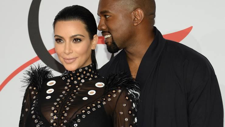 Kim Kardashian (l) und Kanye West sind Eltern eines Sohnes geworden (Archiv)