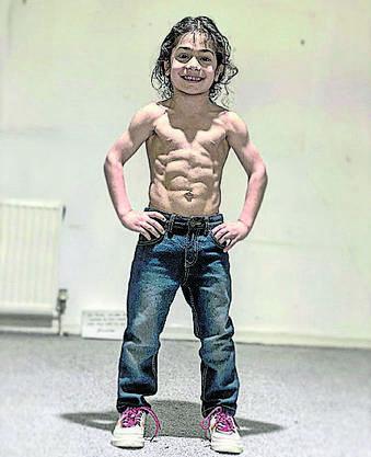 Gilt als Wunderkind: Der Iraner Arat Hosseini, 6, der schon jetzt ein Sixpack hat.