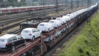 Die Schweizer Handelsbilanz hat beim August bei etwas tieferen Importen einen etwas höheren Überschuss ausgewiesen. Im Bild ein Güterzug im Badischen Bahnhof in Basel (Archivbild)