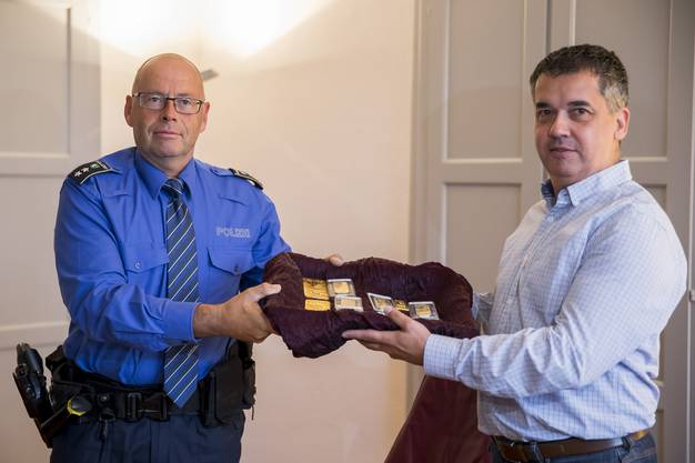Der offizielle Akt: Regionalpolizei-Chef René Lippuner übergibt dem Klingnauer Gemeindeammann Oliver Brun die Goldbarren.