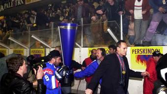 Keine geordnete Pokalübergabe möglich: ZSC-Coach Larry Huras flüchtet, gefolgt von Verteidiger-Legende «Zesi» Zehnder mit der Trophäe, in die Garderobe