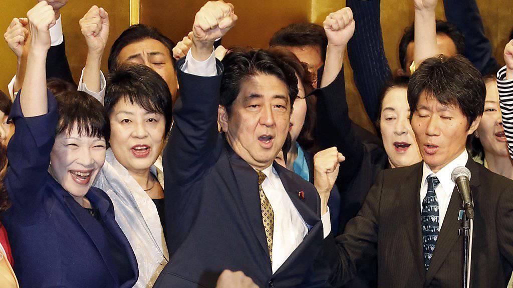 Shinzo Abe in Siegespose: Der japanische Regierungschef ist als Chef seiner Partei wiedergewählt worden. Er hatte keinen Gegenkandidaten.