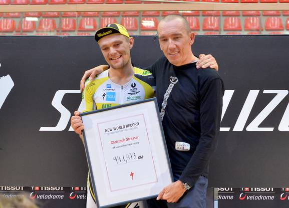 Der neue Weltrekordhalter Christoph Strasser (links) bekommt vom bisherigen Rekordhalter  Marko Baloh die Urkunde des Ultra-Weltverbandes.