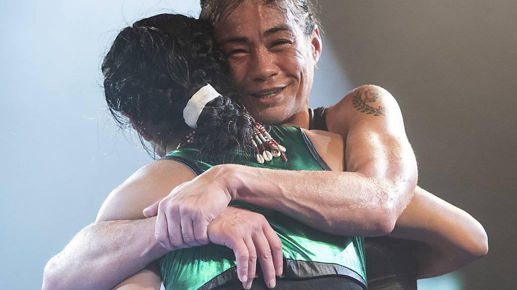 Aniya Seki (rechts) umarmt ihre Bezwingerin Maribel Ramirez nach dem WBA-WM-Kampf im Fliegengewicht in Gümligen