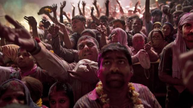 Hinduisten tanzen anlässlich des Holi-Festes in Vrindavan (Archiv)