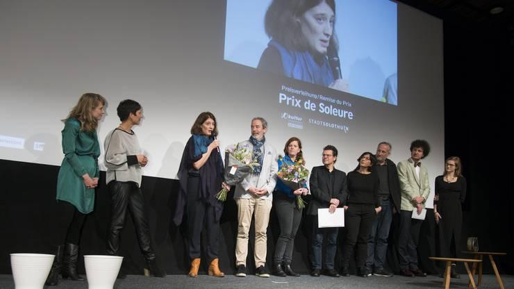 Fanny Bräuning darf auf der Bühne den «Prix de Soleure» entgegen nehmen – es ist schon ihr zweiter.