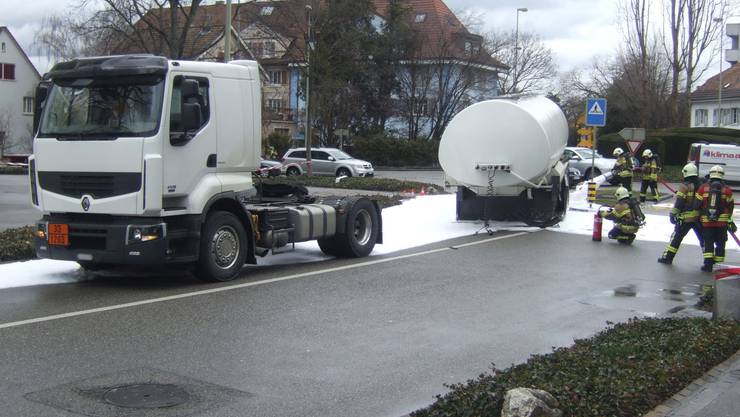 Tanklastwagen verliert Auflieger (Symbolbild).