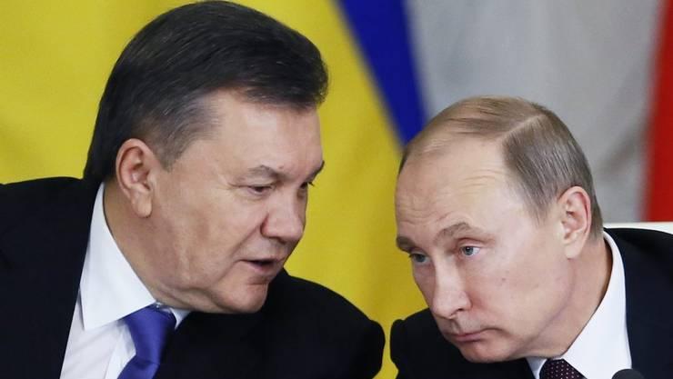 Sind sich zugeneigt: Kremlchef Wladimir Putin (rechts) und der ukrainische Präsident Viktor Janukowitsch am Dienstag in Moskau auf deutlich niedrigere Gaspreise geeinigt.