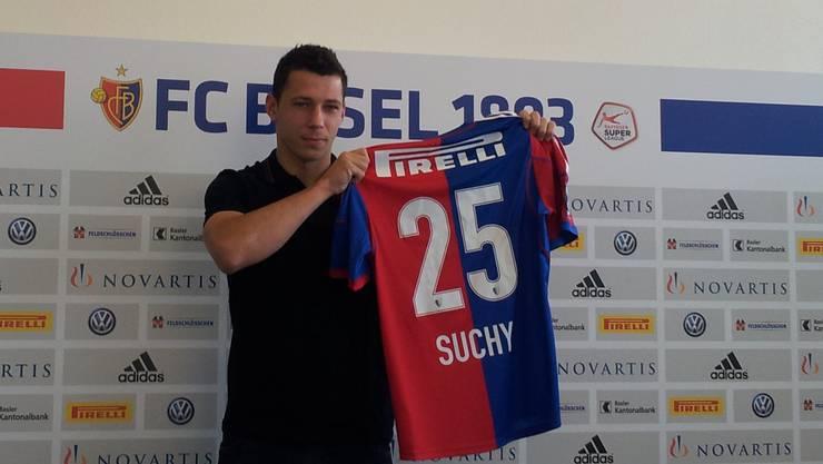 Neuer FCB-Innenverteidiger Marek Suchy steht den Medien Rede und Antwort.