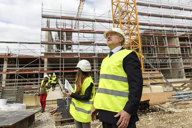 Uwe E. Jocham, Direktionspräsident der CSL Behring AG führt durch die Baustelle