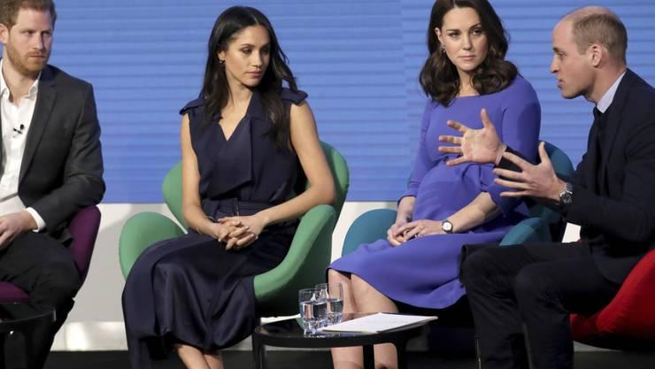 Prinz Harry und Herzogin Meghan (l. und 2.v.l.) wollen ihr soziales Engagement künftig stärker von Prinz William und Herzogin Kate (r. und 2.v.r.) trennen. (Archivbild)