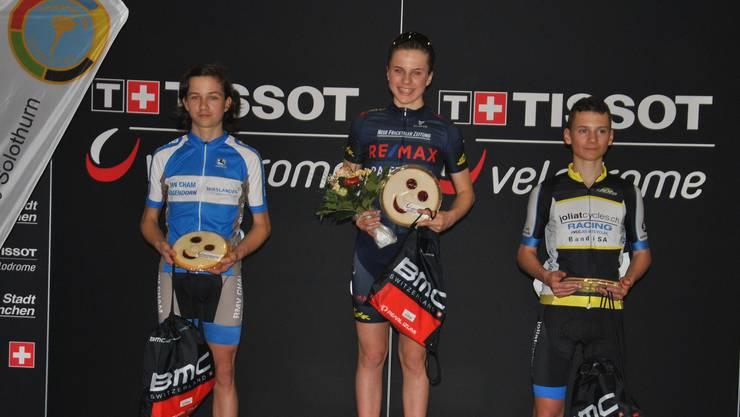 Siegerbild beim Kids-Cup: Elia Felsberger (links) und Noé Mazzarini umrahmen die strahlende Siegerin Noëlle Rüetschi