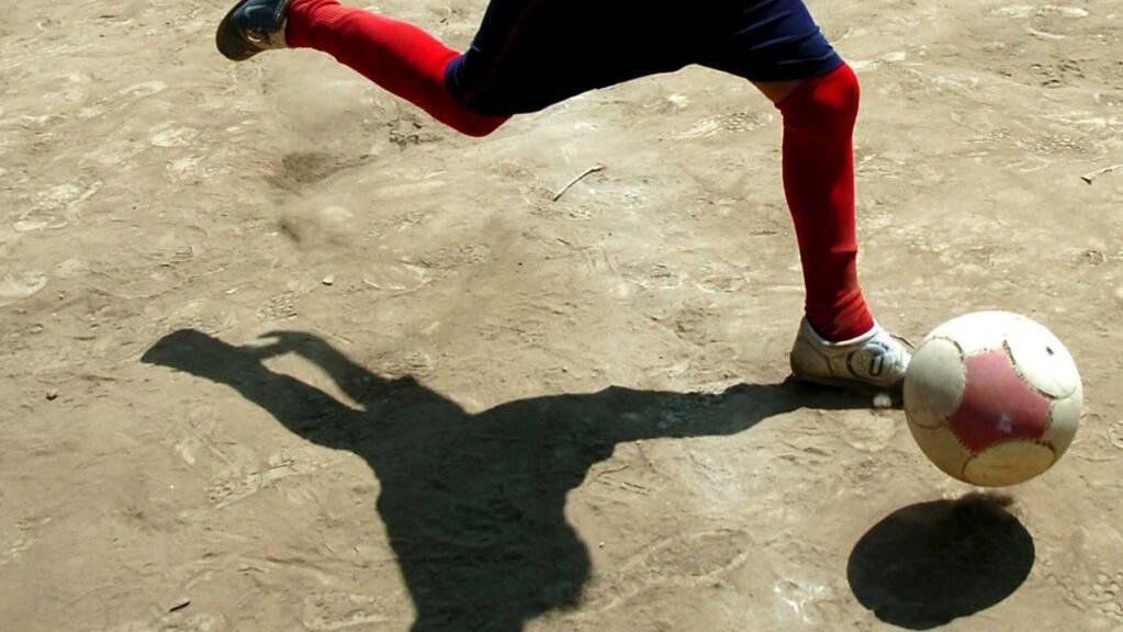 Eine hohe motorische Geschicklichkeit, beispielsweise gute Ballfertigkeit, hilft frühgeborenen Kindern später im Teenageralter ihre Impulskontrolle gleich gut zu kontrollieren wie termingerecht geborene Kinder. (Themenbild)