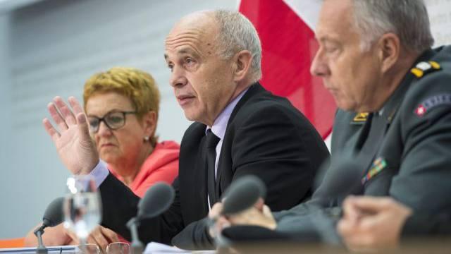 Ueli Maurer (Mitte) sieht keine Alternative zur Wehrpflicht