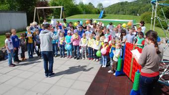 Bevor es zum Fussballspielen geht, wird vor den Toren gesungen: Chor der Kinder von Primarschule und Kindergarten mit den Lehrpersonen.