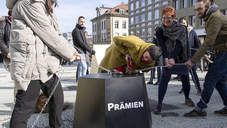 Wenn die Krankenkassenprämien nicht mehr zu stemmen sind, droht die Verschuldung. Die SP Schweiz hat im Februar 2019 eine Prämien-Entlastungs-Initiative lanciert. (Archivbild)