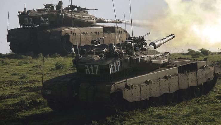 Israelische Panzer feuern bei einem Training auf den Golan-Höhen. (Archivbild)