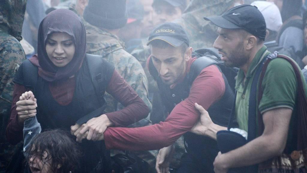 Flüchtlinge versuchen von Griechenland über die Grenze nach Mazedonien zu flüchten.