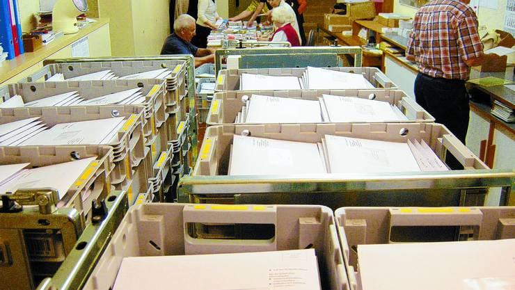 Im Keller der Stadtverwaltung stellen Pensionierte die Couverts zusammen. (Bild: Urs Byland)