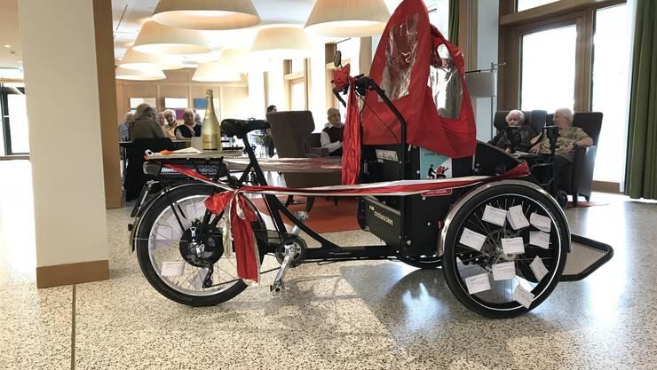 Da ist das rote Band noch ganz: Die elektronische Rikscha im Eingangsbereich des Alters- und Gesundheitszentrum Dietikon.