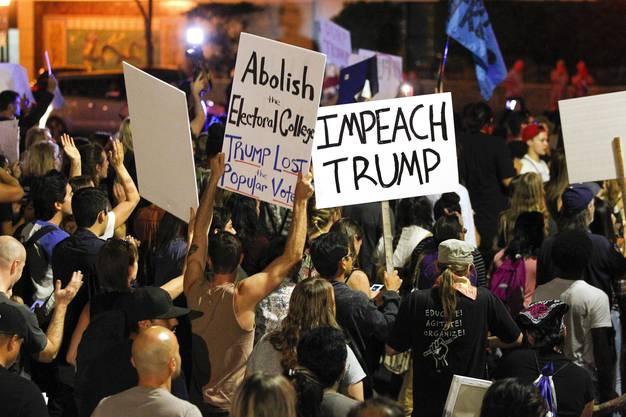 Demonstranten in San Diego machen ihrem Unmut Luft: Sie fordern die Absetzung von Trump.