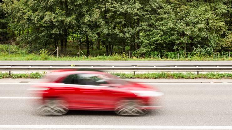 Am Montagabend ist ein Auto mit massiv überhöhter Geschwindigkeit unterwegs auf der Autobahn im Aargau und dann im Kanton Solothurn unterwegs – die Polizei stoppt ihn. (Symbolbild)