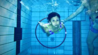 Vielleicht bald nicht mehr möglich: Ein Schwimmkurs im Hallenbad Pfaffechappe.