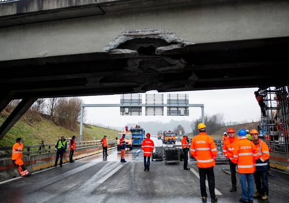 13. Januar 2014: Die Autobahnbrücke der A1 wurde durch einen Bagger schwer beschädigt. Peter Rippstein
