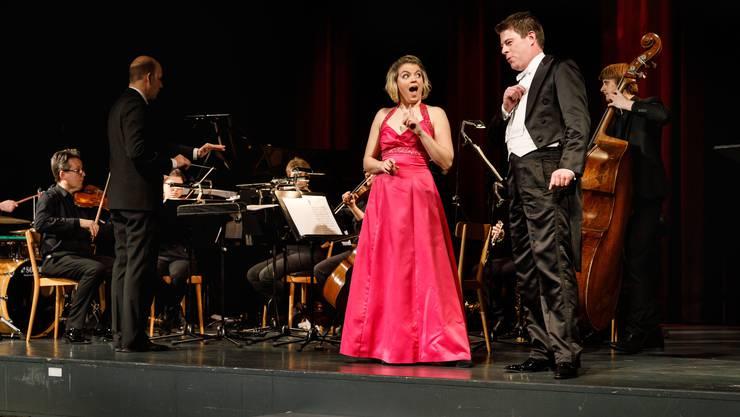 Fabienne Skarpetowski (Sopran) und Roger Bucher (Bariton) und das Salonorchester (Leitung: Reimar Walthert).