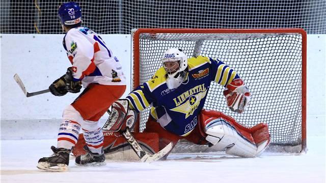 Wings-Goalie Fabian Meier wehrt einen Schuss von Michael Oegerli ab. Foto: Geisser