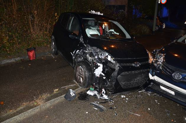 Er und die beiden Insassen des anderen Autos wurden verletzt. Ein neunjähriger Junge ist unter den Verletzten.