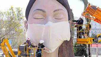 Figur mit Maske: Am Fallas Festival gilt auch für Statuen besondere Vorsicht.