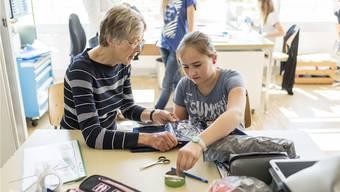 Eine pensionierte Handarbeitslehrerin findet in einer Primarschule weiterhin Arbeit in ihrem Beruf. CHRISTIAN BEUTLER/Keystone