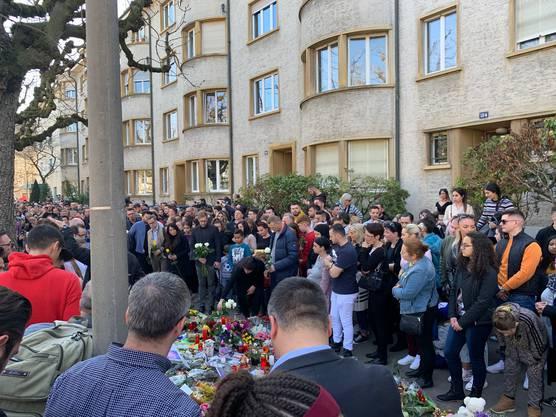 Regierungspräsidentin Elisabeth Ackermann legt Blumen bei der Gedenkstätte nieder