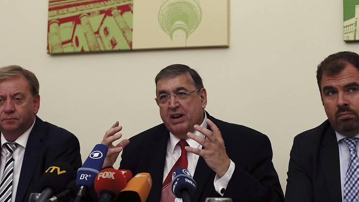 Delegationsleiter Lamers spricht in der deutschen Botschaft in Ankara über den Besuch der Delegation.