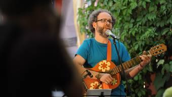 Vielseitig talentiert: Bernhard «Börnie» Flück spielt genauso gerne Gitarre, wie er hinter dem Mischpult steht oder Vögel aus Metall fertigt.