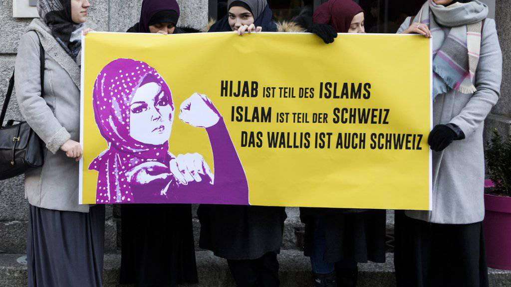 Vor dem Eingang zum Walliser Parlamentsgebäude protestierten am Mittwoch Frauen des Islamischen Zentralrat Schweiz gegen das Kopftuch-Verbot.