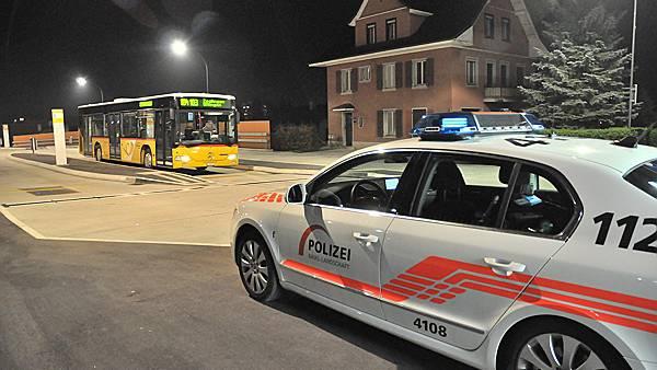 Die Polizei eilt dem Bus-Chauffeur zu Hilfe.