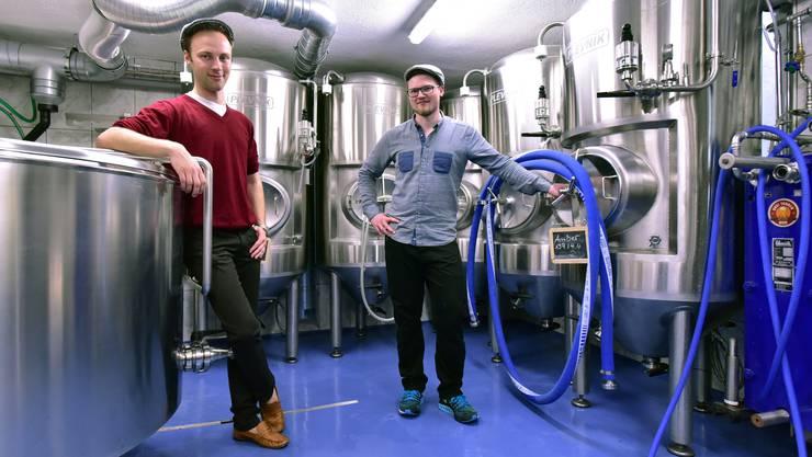 Luc Nünlist (links) und Johan Gass im Braukeller, wo das Oltner Dreitannen-Bier hergestellt wird.