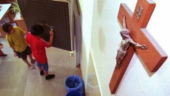 Kruzifixe in Schulzimmern sind umstritten und sind darum ein immer selteneres Bild. (Archiv)