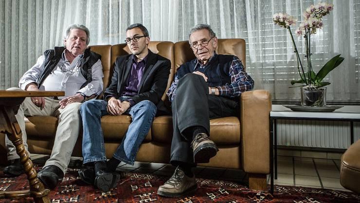 Im Sandwich: az-Redaktor Thomas Wehrli mit seinen beiden Onkeln, René (links) und Heinz Picard. Das Gespräch in der guten Stube von Heinz war angeregt und führte beide in die eigene Kindheit zurück.
