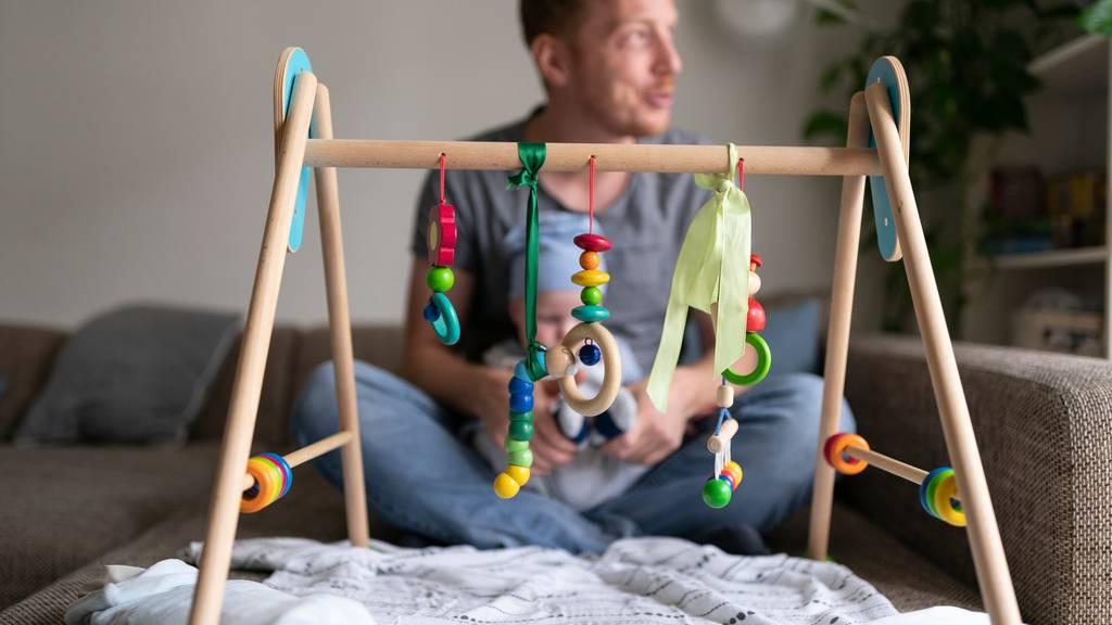 Zweiwöchiger Vaterschaftsurlaub kommt bereits 2021