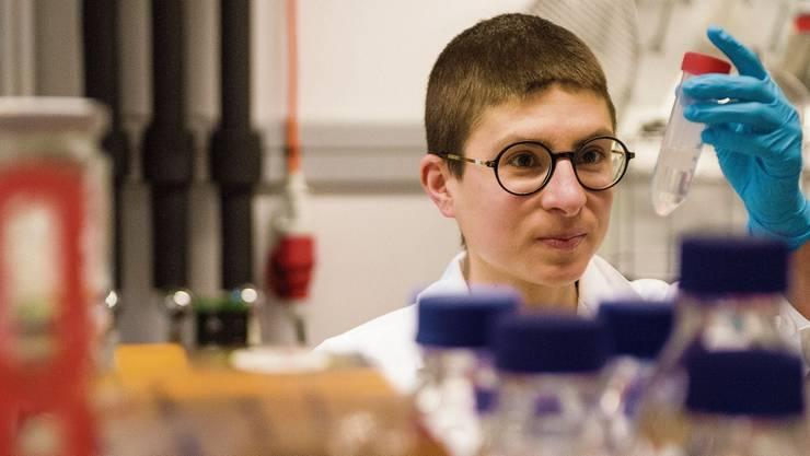 Anna Stern ist Schriftstellerin und Wissenschafterin.
