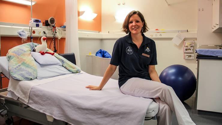 Katrin Schwenner, stellvertretende leitende Hebamme im Spital Muri, zeigt ein Gebärzimmer, ausgestattet mit Bett, Badewanne, Sitzball und vielem mehr. Andrea Weibel