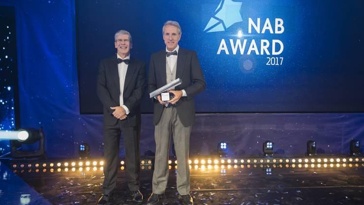 Roland Herrmann, CEO NAB (links), überreicht Dr. Markus Wopmann «Aargauer des Jahres 2017», den NAB AWARD.