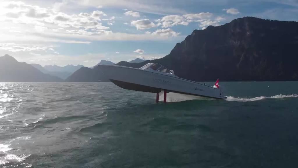 Dieses Boot fliegt über den Vierwaldstättersee