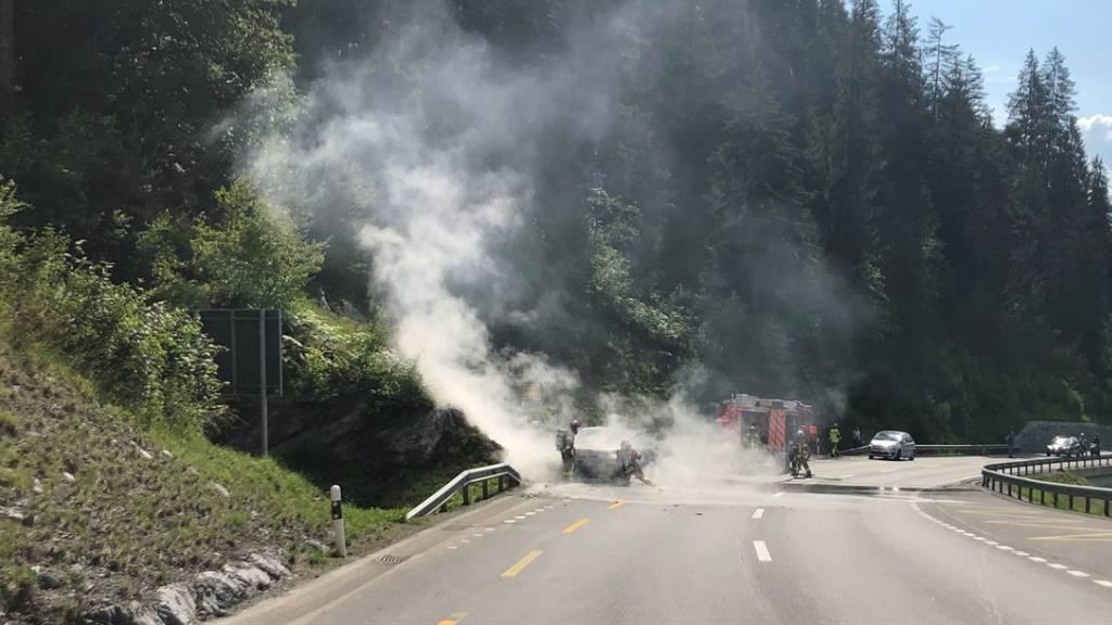 Auto brennt in Flims komplett aus